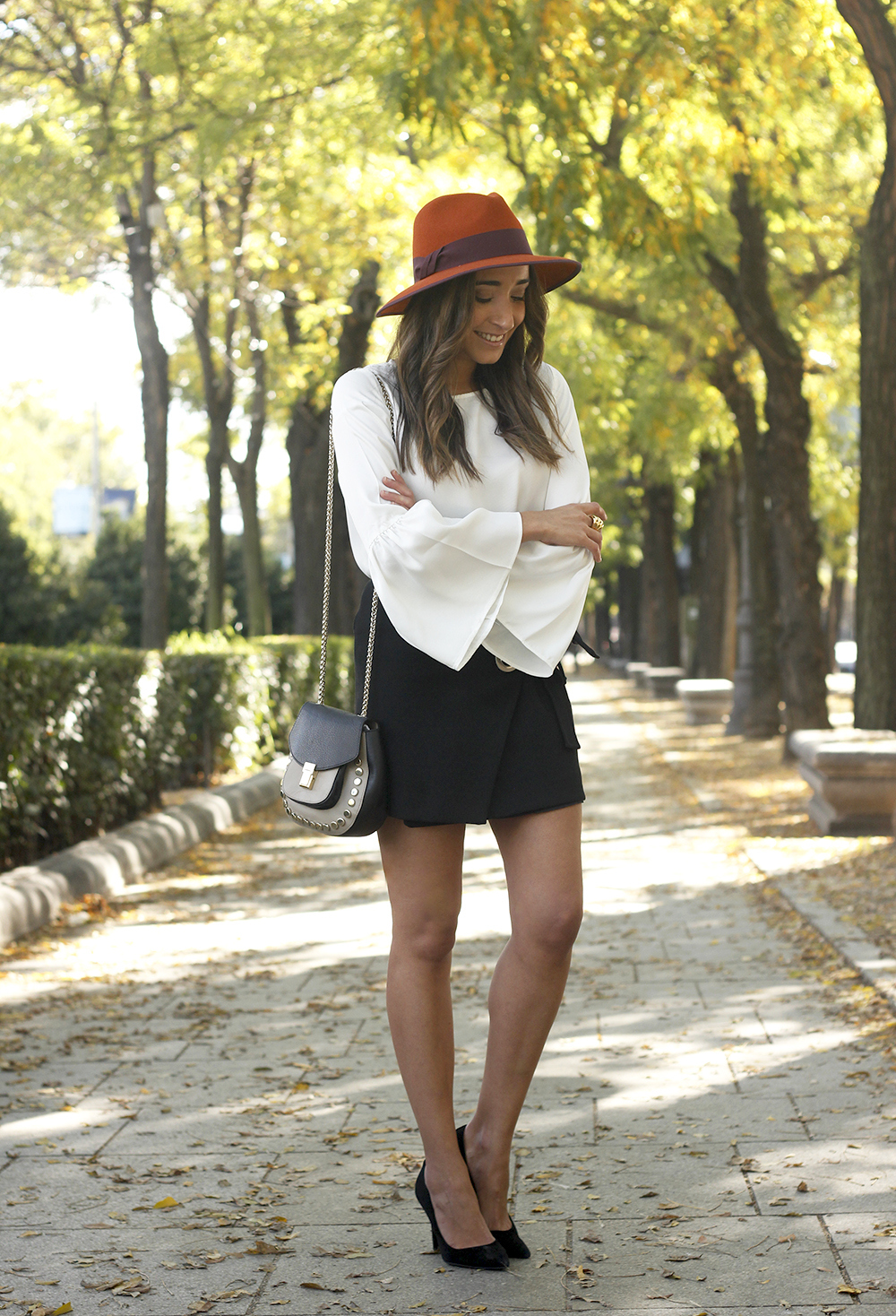 black shirt heels uterqüe hat Blouse with flared sleeves accessories style fashion outfit08