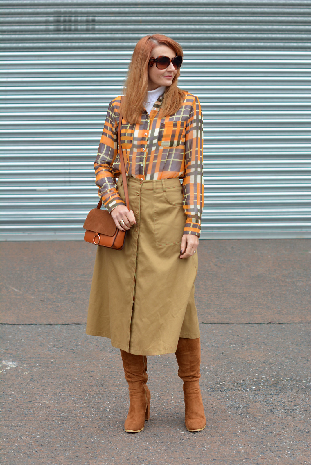 70s style without wearing flared jeans | Midi skirt, boots and roll neck
