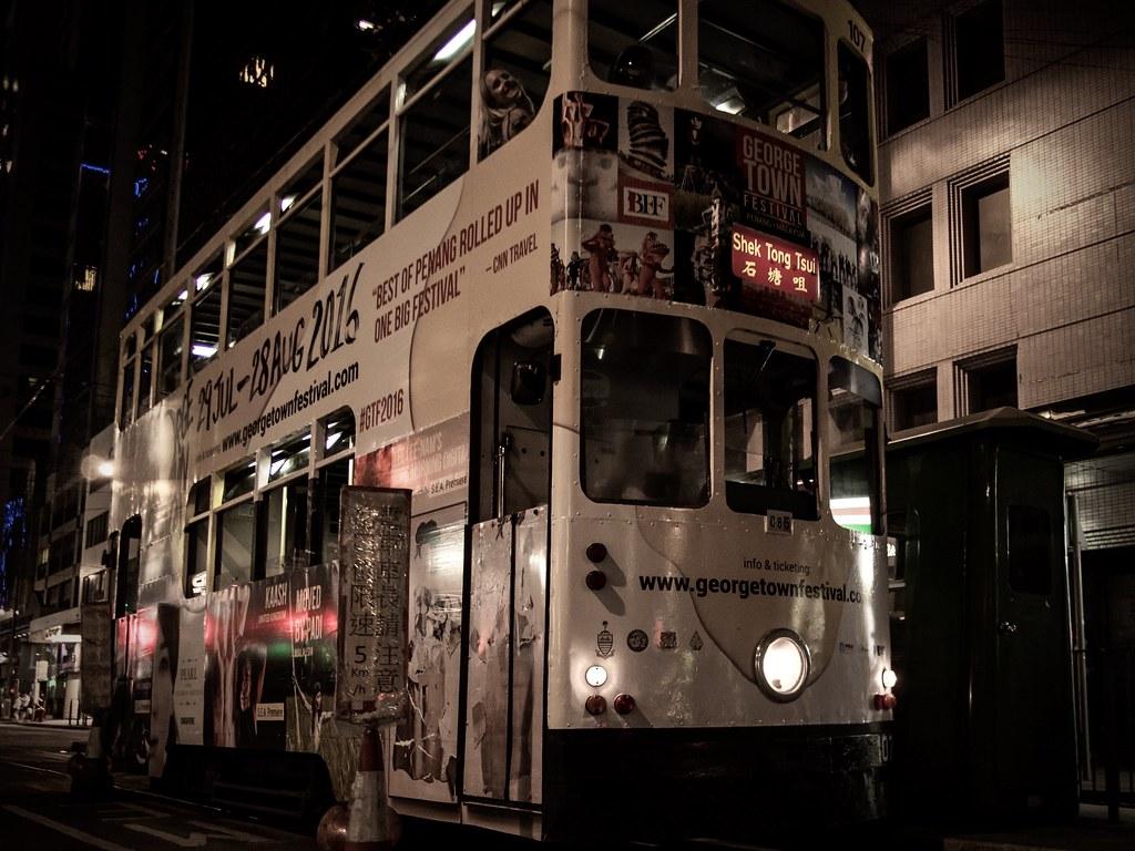 la nuit ... les tramways sortent ...  31063819051_878480e931_b