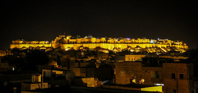 Fort view from rooftop of Hotel Pleasant Haveli at night, Jaisalmer, India ジャイサルメール、ホテル・プレザント・ハヴェリ屋上から見たライトアップされたフォート