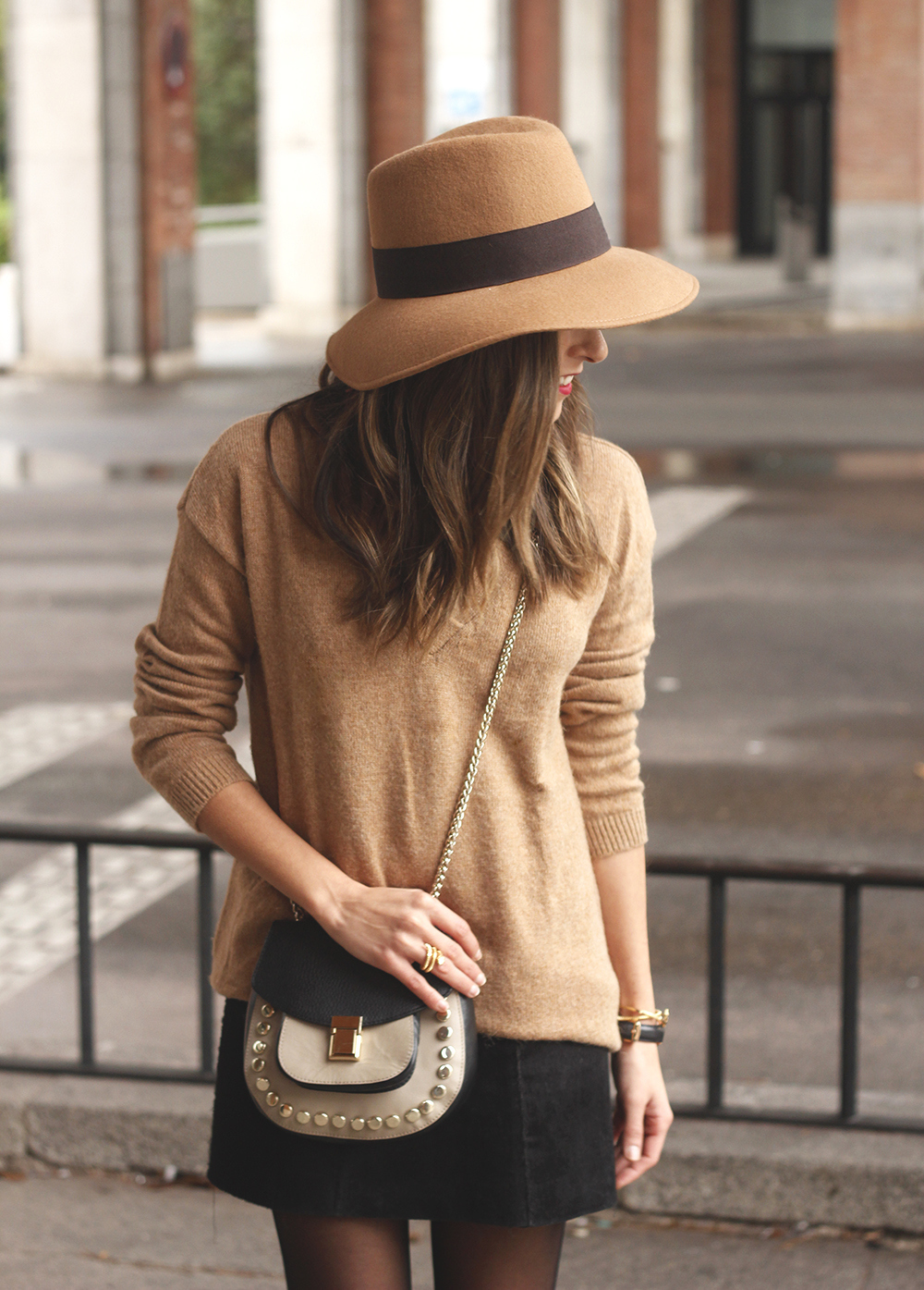 Brown Jumper Brown Hat Uterqüe Black heels Black skirt fall style outfit fashion08