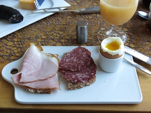 Krustenbraten und Salami auf Dinkelbrot zum Frühstücksei