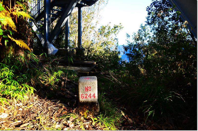 鎮子堡山三等三角點(# 6244 Elev. 2092 m) 1