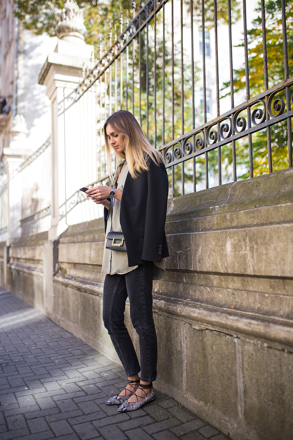 black-blazer-lace-up-shoes-outfit