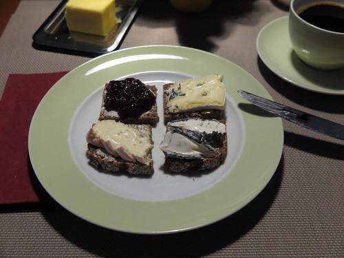 Diverse Käse und Süßkirschmarmelade auf Vollkornbrot