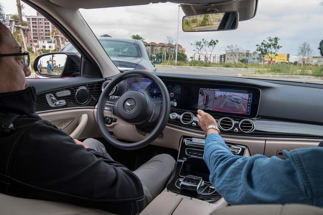 全新E-Class搭載智能停車輔助系統,一次到位的停車體驗,均使與會民眾驚呼連連。
