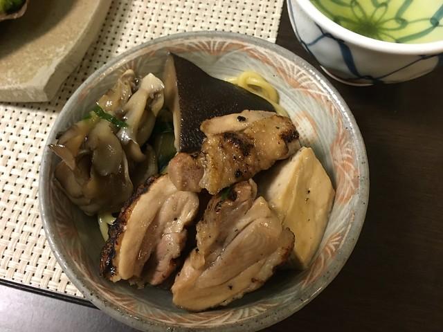 地鶏鍋夾出來的內容!有豆腐、菇、土雞肉和麵