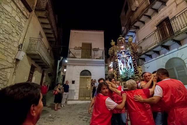 Un momento dalla processione - A moment from the procession © giuseppepipia.com