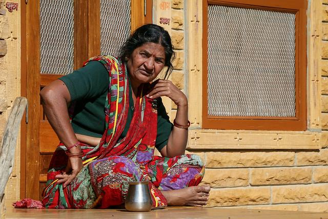 A woman in Jaisalmer, India ジャイサルメール、家の外で座っていた女性