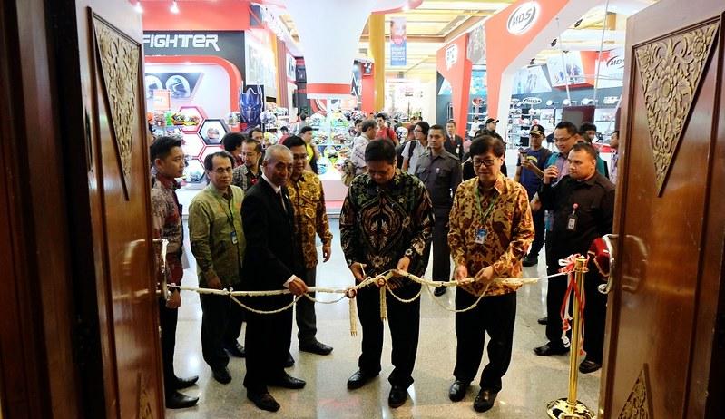 Pembukaan IMOS 2016 oleh mentri perindustrian, Airlangga Hartarto,
