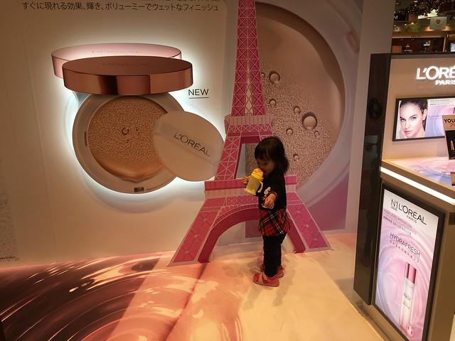 開始逛起免稅店的小麋鹿,自己指定要跟巴黎鐵塔合照