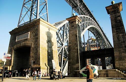 Pilares de sustentação da Ponte Pênsil, ao lado da Ponte Luís I