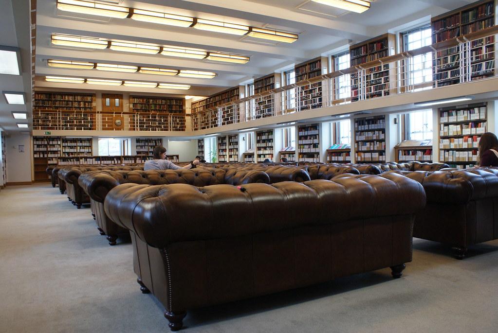 Fauteuils club dans la bibliothèque de la Senate House à Londres.