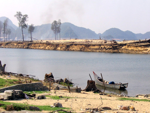 Disaster in Aceh, Indonesia. Photo by Yeo Bee Hong, 2005