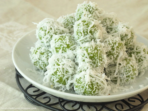 Ondeh-Ondeh (glutinous rice ball with palm sugar) | by Nasi Lemak Lover (http://nasilemaklover.blogspot.c