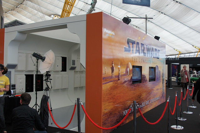 Empire BIG SCREEN : Photo opportunity on London Film Museum's Replica Star Wars set, complete with C-3P0 and R2-D2
