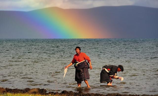 A rainbow appeared on Lake Manasarovar, Tibet