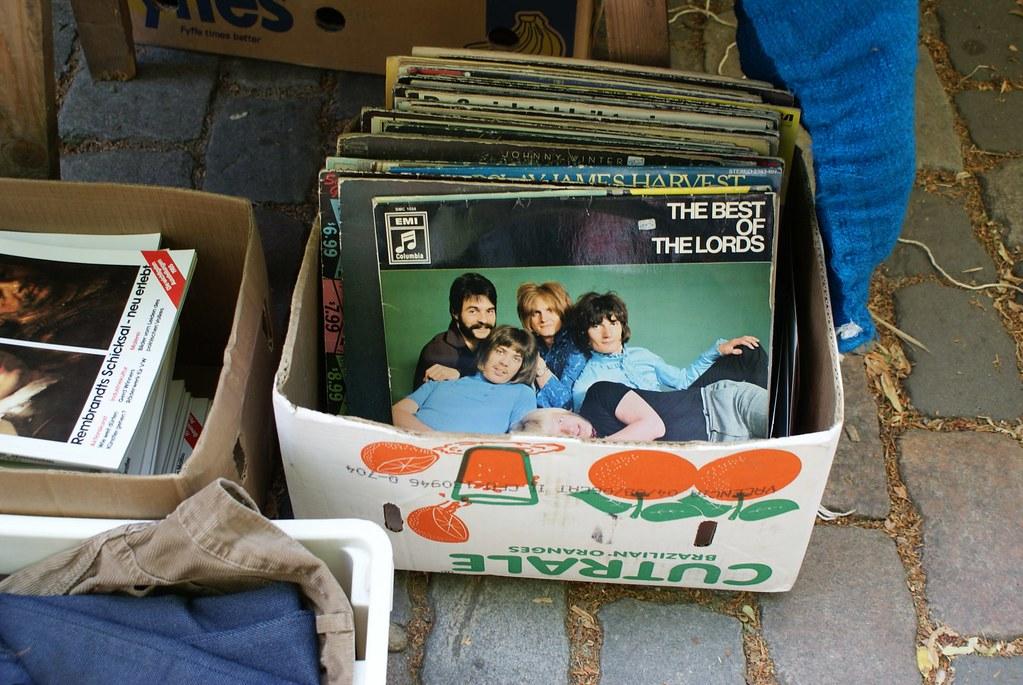 Sur un marché aux puces de Berlin : Disque vinyls du groupe allemand The Lords.