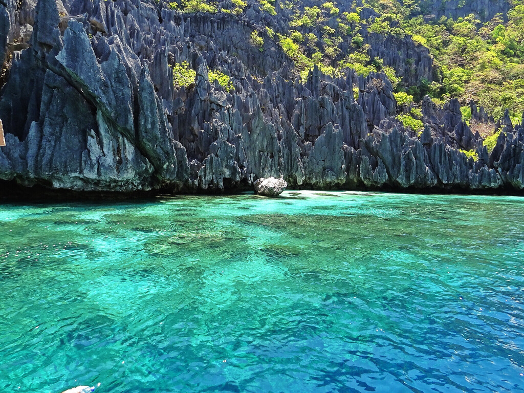 El Nido Crystal Clear Waters - Copyright Travelosio