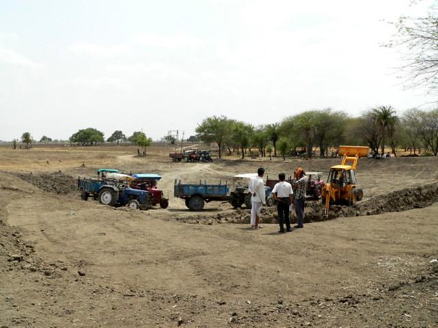 समाज और प्रशासन के मदद से हातोद तालाब का गहरीकरण और खेतों में मिट्टी समतल करते किसान