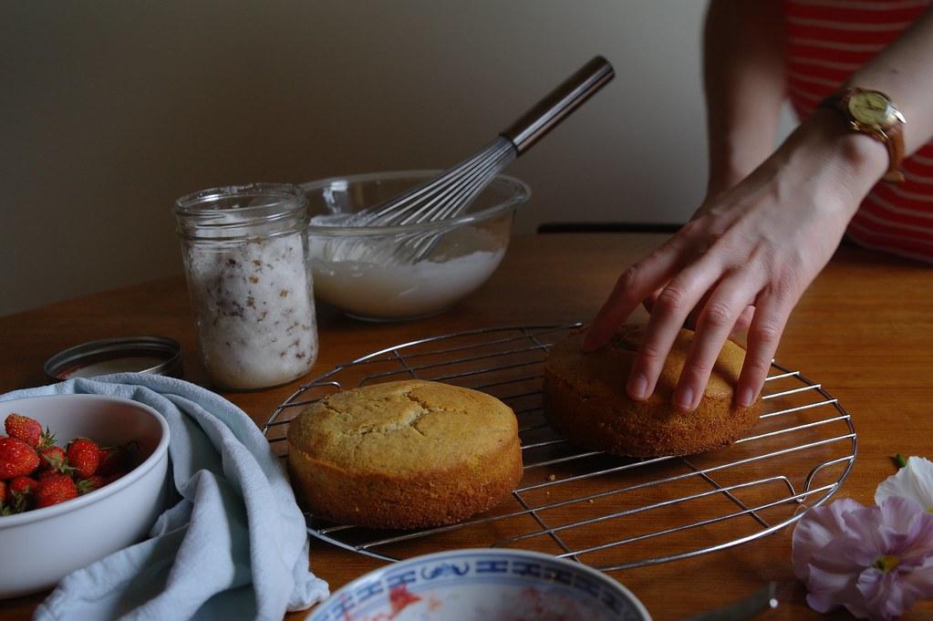 slicing sponge cake