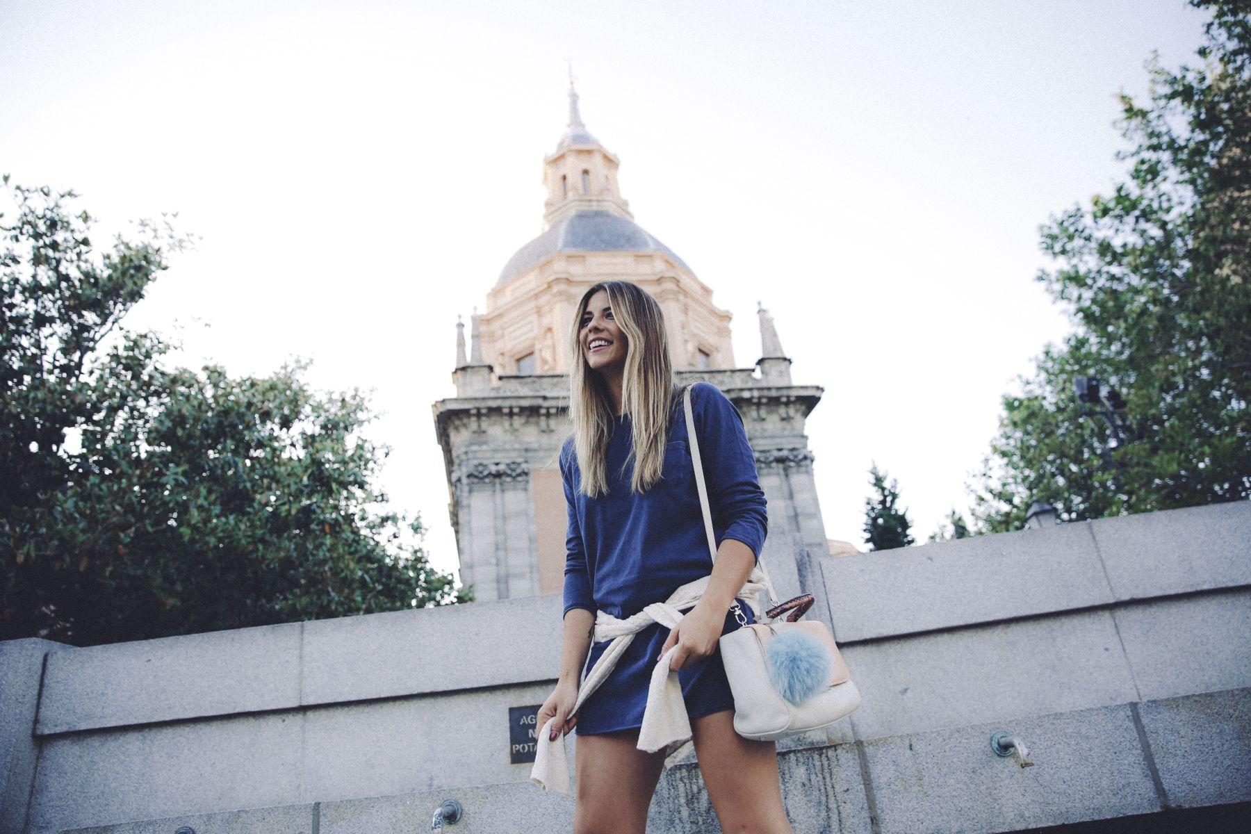 outfit look primavera spring street style trendy taste inspiration dress vestido casual mango azul deportivas etnicas sneakers bag bolso tita madrid_11