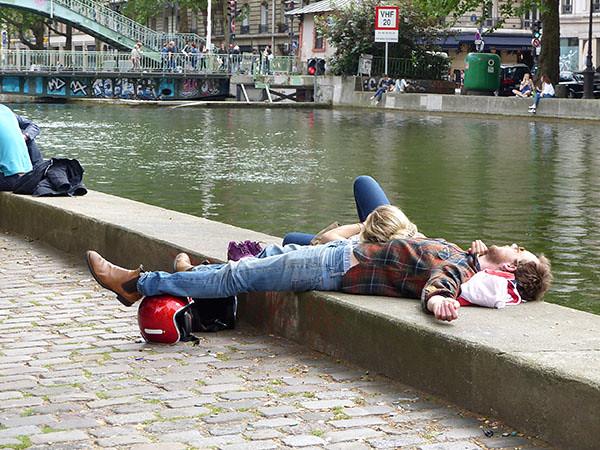 sieste au bord du canal