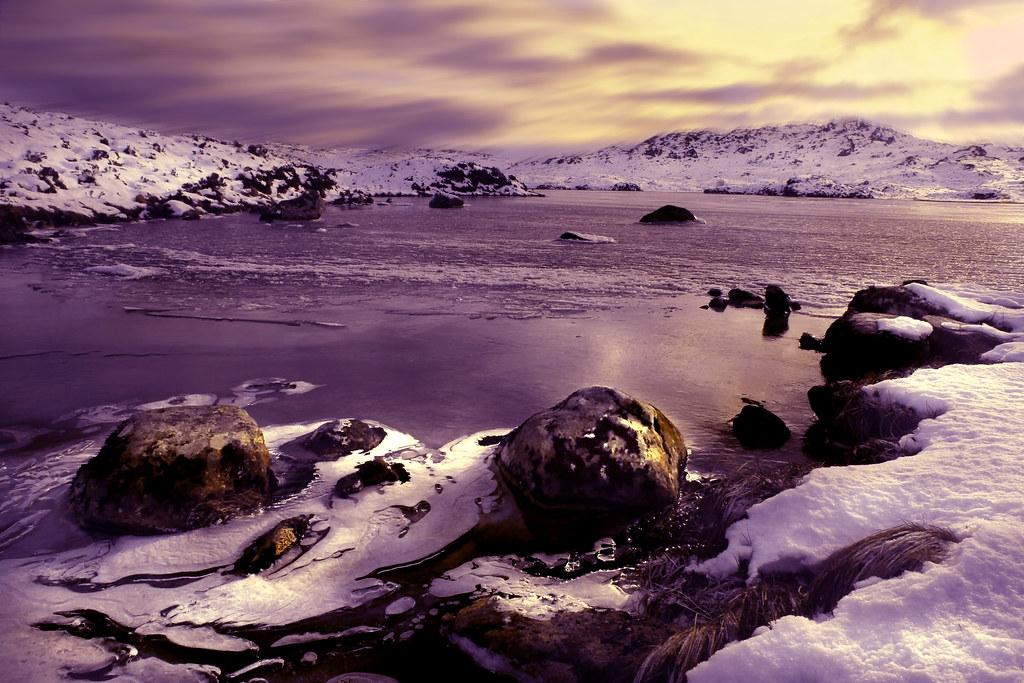 Rivier stroom door met sneeuw bedekt landschap