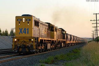 X41 and X43 with 9319 at Beveridge | by VRfan