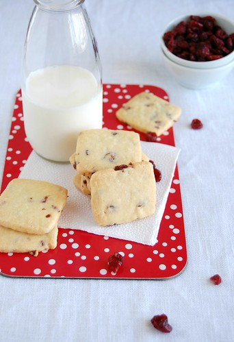 Dried cranberry shortbread / Amanteigados com cranberries secas | by Patricia Scarpin