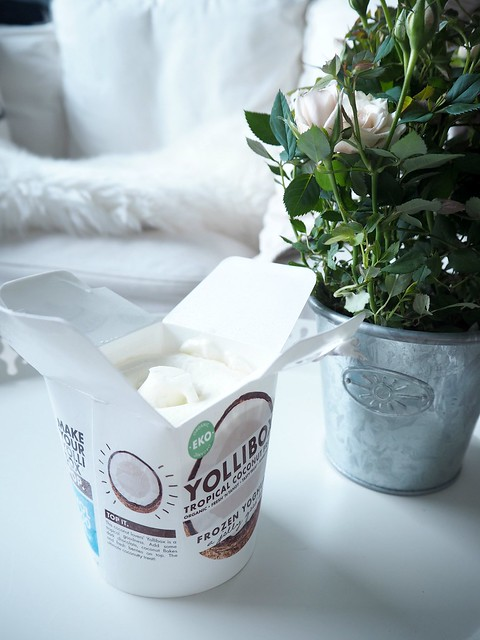yolliboxcoconutkookosP4302739,yolliboxfroyococonutP4302722, swedish, yollibox, coconut, kookos, jäätelö, ice cream, froyo, frozen yoghurt, frozen yoghurt ice cream, jogurttijäätelö, joghurt ice cream, herkut, yollibox zfrozen coconut ice cream, organic, tasty, fresh, tropical coconut fruit, yollibox kookos, white tray, valkoinen tarjotin, ruusukimppu, beige nude ruusu, metalli ruukku, paketti, purkki, tyylikäs, stylish, simple, sohva, coat, white, valkoinen, karvapeite, lampaan talja,