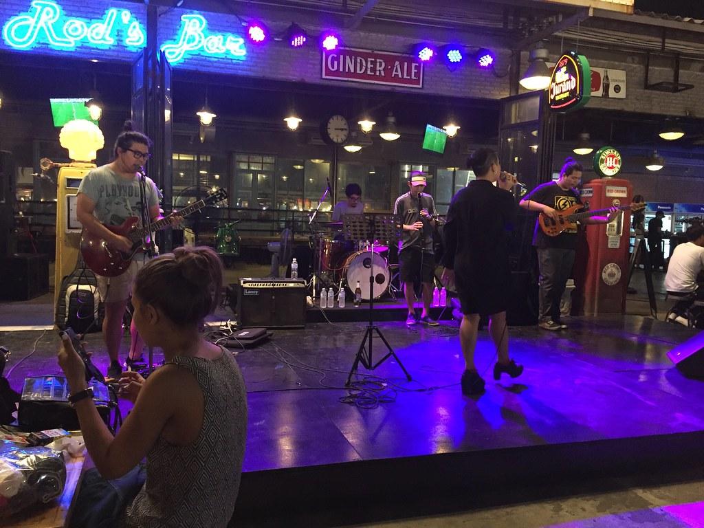live band talad rod fai