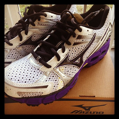 Look what just arrived from my friends @MizunoRunning. Absolutely love the color combo! #runchat #fitfluential