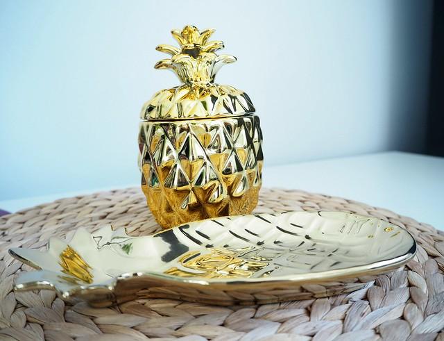 goldenpineappledetailshomeP2278343,goldenpineapplehomedetailsP2278338,goldpineappledetailsP2278331, gold details, kultaiset yksityiskohdat, home, koti, sisustus, interior, home interior, design, h&m home, shopping, ostokset, kulta, gold, golden pineapples, gold, ananas, kulta, kultainen, tarjoiluvati, kynttilä, candle, interior design, interior shopping, sisustus ostokset, home decor, gold interior details, yksityiskohdat, kotona,pineapple platter, kynttilä,