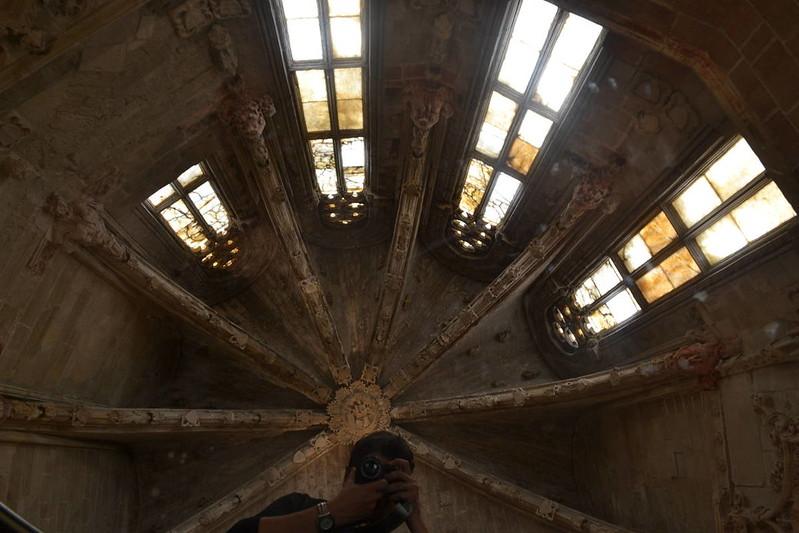 Capilla de los Requesens vista desde el espejo colocado en la misma.