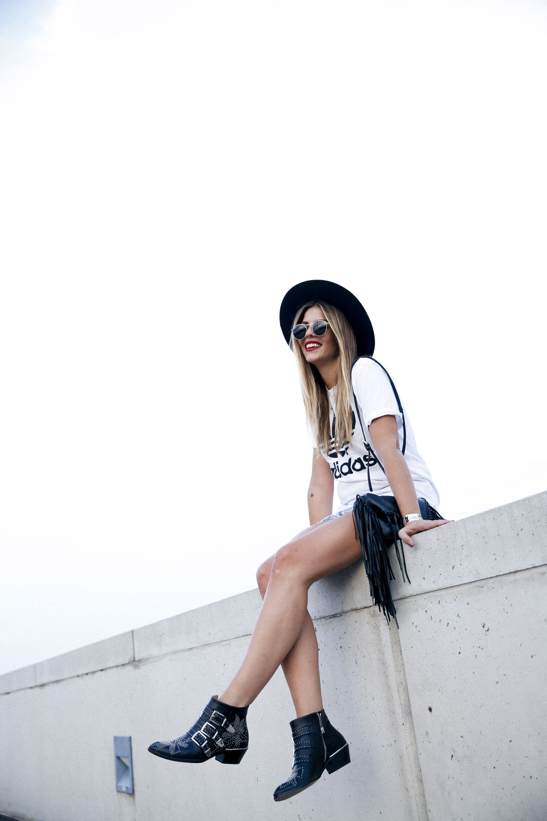outfit look primavera spring street style trendy taste inspiration jeans shorts festival denim sombrero hat fringes leather boots ankle botines cuero flecos rayban chloe asos adidas primavera sound_2