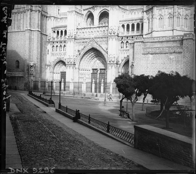 Plaza del Ayuntamiento y Catedral de Toledo a comienzos del siglo XX. Fotografía de Henri Deneux © Ministère de la Culture (France), Médiathèque de l'architecture et du patrimoine, Diffusion RMN-GP