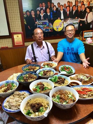 高雄美食推薦_高雄小王牛肉麵_餐廳品牌故事_左-第一代王老闆_右-第二代王老闆