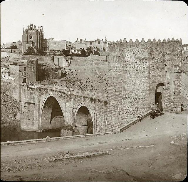 Puente de San Martín hacia 1905 fotografiado por Alois Beer. Fotografía editada y publicada por E. Mazo para linterna mágica MTFFD026541_P