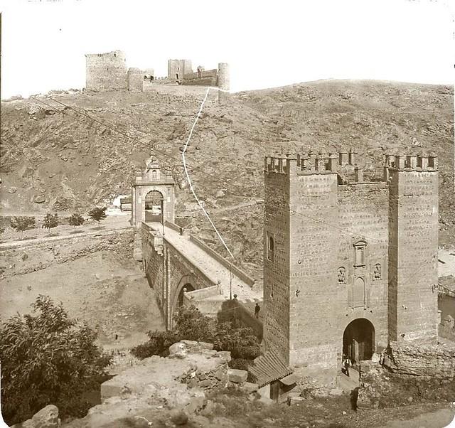 Puente de Alcántara y Castillo de San Servando hacia 1905 fotografiado por Alois Beer. Fotografía editada y publicada por E. Mazo para linterna mágica MTFFD026498_P