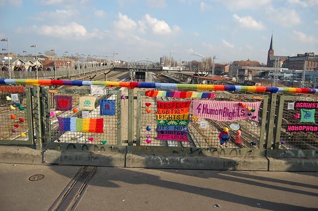 Yarnbombing Warschauer Brücke