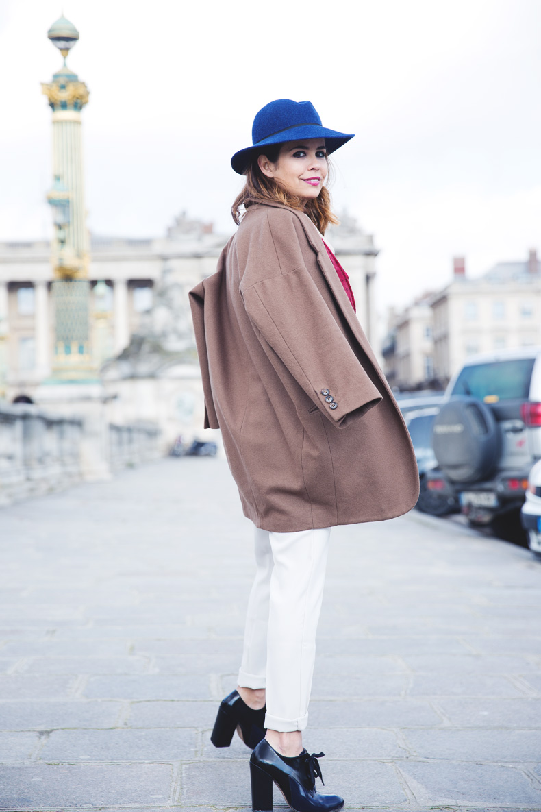 WHITE_TROUSERS-HAT-SCARF-BLUE-CAMEL_COAT-PFW-STREET_STYLE-22