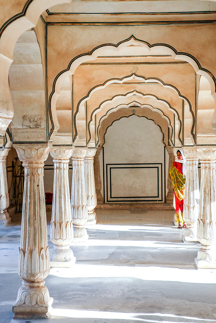Continuous arch and a woman in Amber Fort, Jaipur, India ジャイプール、アンベール城の連続アーチ