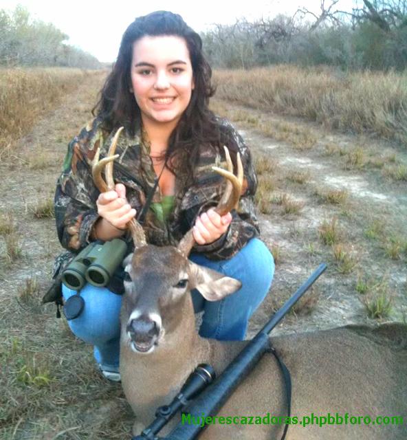 Joven cazadora mejicana mata a un agresivo venado 16543871261_affedc1850_z