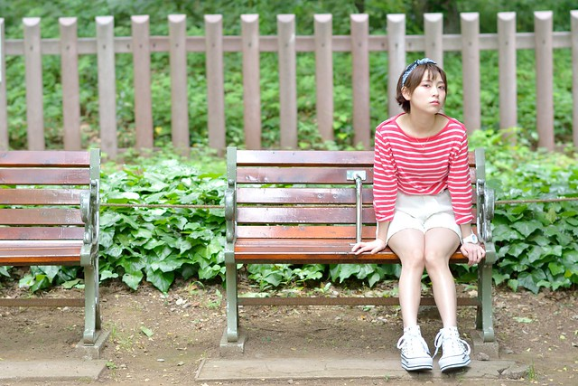 外苑前のベンチに座る橘杏さんのポートレートを撮影