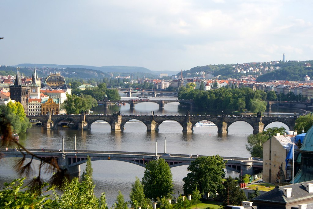 Ponts à Prague sur la Vlatava depuis les hauteurs de la ville.