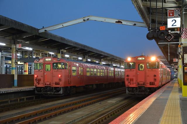 未明の鳥取駅を出発しようとしたキハ47