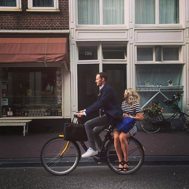 Dinking in effortless style #cyclechic #amsterdam #summernights #typicaldutch #fietsen #loveonbikes