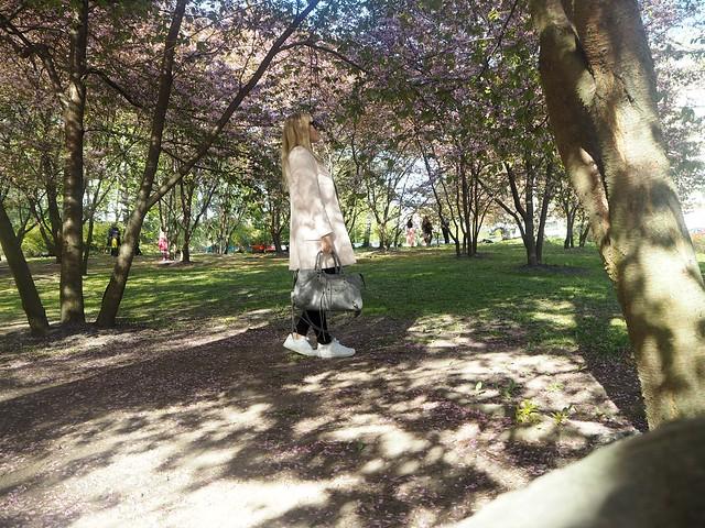 candygirlcherryparkP5124937,candygirloutfitP5124939, candy girl, pink, light pink, vaaleanpunainen, takki, pink coat, japanese style garden, japanilaistyylinen puutarha, roihuvuori, helsinki, suomi, finland, asukuvat, outfit pictures, muoti, fashion, cherry trees, kirsikankukkapuut, kirsikkapuut, kukat, flowers, blossom, pastellin värinen, pastel color, cherry park, kirsikka puisto, kiriskankukka puut, pink jacket, may, toukokuu, spring, kevät,