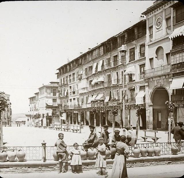 Plaza de Zocodover hacia 1905 fotografiado por Alois Beer. Fotografía editada y publicada por E. Mazo para linterna mágica MTFFD026496_P